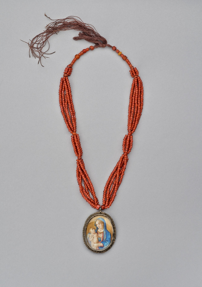 Necklace with double-sided pendant